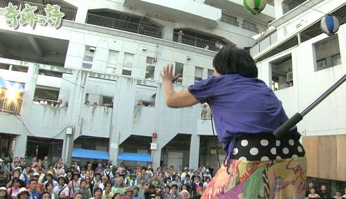 2012年、寿町フリーコンサートのステージの真正面
